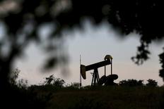 Una unidad de bombeo vista en Cisco, Texas, 23 de agosto de 2015. El petróleo operaba estable el martes cerca de un mínimos de once años, presionado por una desaceleración de la demanda global y abundantes suministros, en momentos en que Arabia Saudita ha señalado que no alterará su política petrolera e Irán se prepara para elevar sus exportaciones de crudo. REUTERS/Mike Stone
