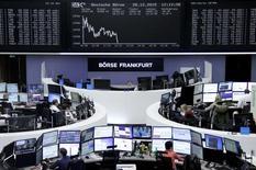 Operadores trabajando en la Bolsa de Fráncfort, Alemania, 28 de diciembre de 2015. Las bolsas europeas caían el miércoles debido a que los precios bajos de las materias primas impactaban a las acciones de empresas mineras y energéticas. REUTERS/Staff/Remote