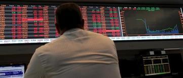 Un hombre observa un monitor con información bursátil en la bolsa de Sao Paulo, sep 10, 2015. La bolsa de Brasil caía el miércoles en la última sesión del año, en línea con los mercados de acciones en Europa y con los futuros de los índices de Estados Unidos y ante el desplome en los precios del petróleo.   REUTERS/Paulo Whitaker