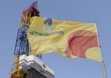 Флаг с логотипом Роснефти в Красноярске 26 марта 2015 года. REUTERS/Sergei Karpukhin