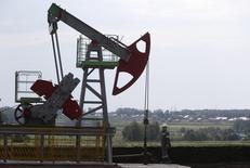 La producción petrolera en Rusia, uno de los mayores proveedores del mundo, alcanzó un máximo de los tiempos post soviéticos el mes pasado y en 2015, porque las empresas pequeñas y medianas elevaron el suministro a pesar de la caída de los precios del crudo, mostraron el sábado cifras del Ministerio de Energía. Imagen de una extractora de petróleo en el campo de Sergeyevskoye propiedad de Bashneft al norte de Ufa, Bashkortostan, Rusia, el 11 de julio de 2015. REUTERS/Sergei Karpukhin