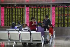 Maison de courtage à Pékin. Les marchés boursiers chinois ont chuté de 7% lundi pour la première séance de 2016, de mauvais chiffres sur l'activité du secteur industriel et la dépréciation marquée du yuan alimentant les inquiétudes sur le ralentissement économique, au point de contraindre les autorités à suspendre les transactions pour la toute première fois. /Photo prise le 4 janvier 2016/REUTERS/Li Sanxian