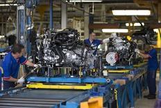 L'activité dans le secteur manufacturier a légèrement accéléré le mois dernier en France pour se situer à un plus haut de 21 mois grâce à des hausses tant de la production que des nouvelles commandes, selon la version définitive de l'indice Markit publiée lundi. L'indice du secteur est ressorti à 51,4, en progression sensible par rapport à novembre (50,6). /Photo d'archives/REUTERS/Philippe Wojazer