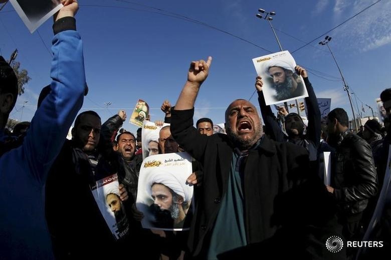 Supporters of Shi'ite cleric Moqtada al-Sadr protest against the execution of Shi'ite Muslim cleric Nimr al-Nimr in Saudi Arabia, during a demonstration in Baghdad January 4, 2016. REUTERS/Thaier Al-Sudani