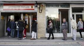 El número de desempleados experimentó su segundo descenso mensual consecutivo en diciembre tras tres meses de aumento, acompañado por un fuerte incremento del número de afiliados a la Seguridad Social. En la foto de archivo, gente entrando en una oficina de empleo en Madrid el 22 de octubre de 2015. REUTERS/Andrea Comas