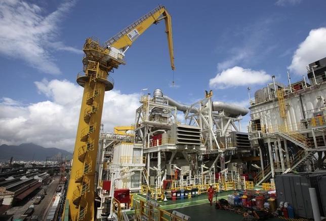 1月5日、三菱重主導の日本企業連合はブラジル造船大手への出資を解消する方針。写真はリオデジャネイロ港湾の洋上浮体式生産・貯蔵・積出施設船体。2011年11月撮影。(2016年 ロイター/Sergio Moraes)