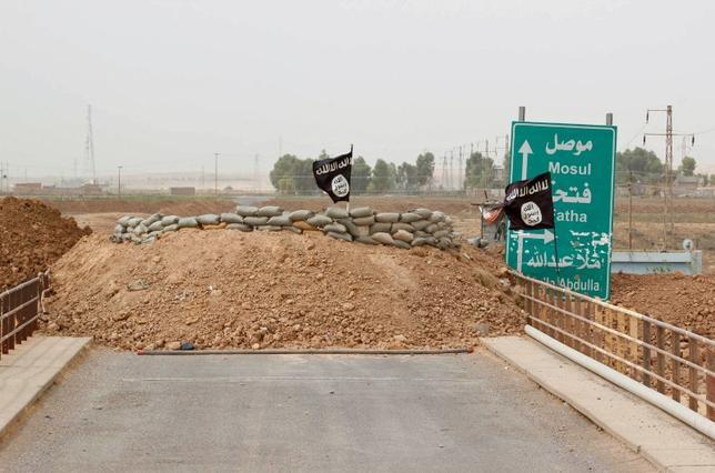 Islamic State flags flutter on the Mullah Abdullah bridge in southern Kirkuk September 29, 2014. REUTERS/Ako Rasheed