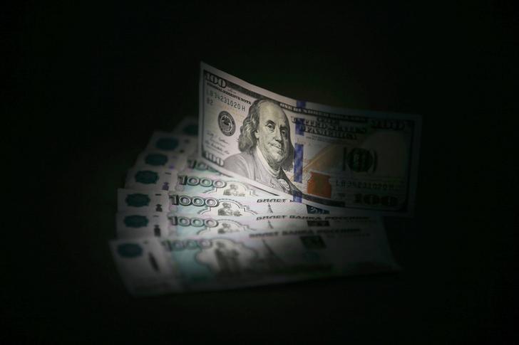 Рубль упал к доллару на минимум с декабря 2014 года