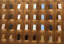 Чехлы для iPhone в магазине Apple в Нью-Йорке. 9 декабря 2015 года. Apple Inc, как ожидается, сократит выпуск последних моделей своего флагманского смартфона iPhone примерно на 30 процентов в январе-марте из-за скопившихся запасов, сообщила газета Nikkei. REUTERS/Carlo Allegri