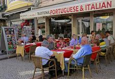 Una terraza en Lisboa, Portugal, 23 de septiembre de 2015. El crecimiento del sector privado de la zona euro se aceleró más a lo previsto en diciembre debido que las empresas contrataron personal al ritmo más veloz en casi media década, según un sondeo publicado el miércoles. REUTERS/Hugo Correia