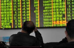 Las acciones de China cayeron un 7 por ciento el jueves tras menos de media hora de negociación, lo que activó un nuevo mecanismo automático de suspensión de las operaciones. En la imagen, un inversor observa un panel electrónico en una correduría en Hangzhou, en la provincia de Zhejiang , el 7 de enero de 2016. REUTERS/Stringer