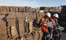 Unos trabajadores junto a un cargamento de cobre de exportación en Valparaíso, Chile, ene 25, 2015. El valor de las exportaciones chilenas de cobre cayó un 17,8 por ciento en 2015 para alcanzar los 31.123 millones de dólares, en medio de la persistente debilidad en los precios internacionales del metal, informó el jueves el Banco Central. REUTERS/Rodrigo Garrido