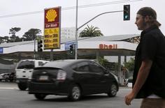 Una gasolinera en San Francisco, California, 22 de julio de 2015. Los precios del crudo se hundían el jueves y tocaron mínimos por debajo de los 33 dólares el barril, situándose en niveles que no habían sido vistos en más de una década, ya que un derrumbe de las acciones chinas inquietaba a los mercados y avivaba las preocupaciones por el exceso de suministros globales. REUTERS/Robert Galbraith