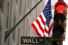 Les marchés actions américains sont orientés en nette baisse jeudi dans les premiers échanges, dans le sillage d'un nouveau plongeon des marchés chinois et alors que les cours du pétrole ont touché un creux de près de douze ans. Une dizaine de minutes après le début des échanges, l'indice Dow Jones perdait 1,42%. Le Standard & Poor's 500, plus large, reculait de 1,38% et le Nasdaq Composite cédait 1,68%. /Photo d'archives/REUTERS/Lucas Jackson