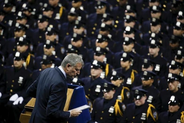 New York Bill de Blasio walks off stage after speaking to police officers who were taking part in a graduation ceremony at Madison Square Garden in the Manhattan borough of New York December 29, 2015.   REUTERS/Carlo Allegri