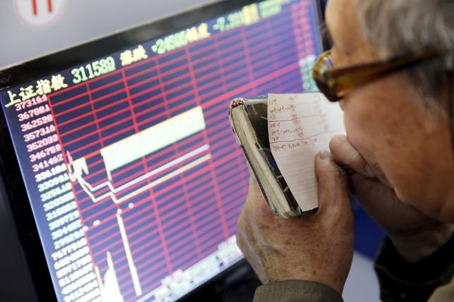 An investor looks at a screen showing stock information, after the new circuit breaker mechanism suspended stocks trading, in Shanghai, China, January 7, 2016. REUTERS/China Daily