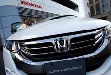 Honda a enregistré une progression de 32,5% de ses ventes en Chine en 2015, avec un total de 1,01 million de véhicules commercialisés via ses coentreprises sur le premier marché automobile mondial. Le constructeur japonais avait annoncé lundi avoir franchi le seuil du million de véhicules vendus sur le marché chinois l'an dernier. /Photo d'archives/REUTERS/Issei Kato