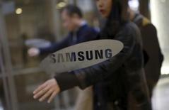 Empleados caminan en la oficina central de Samsung Electronics en Seúl, Corea del Sur, 6 de enero de 2016. El gigante tecnológico Samsung Electronics Co Ltd dijo el viernes que su utilidad operativa del cuarto trimestre posiblemente subió un 15 por ciento respecto al año previo, incumpliendo las expectativas y generando temores de que la industria tecnológica podría enfrentar un año difícil. REUTERS/Kim Hong-Ji