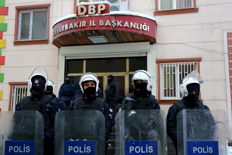 Turkish riot police stand guard outside the pro-Kurdish Democratic Regions Party (DBP) headquarters in the southeastern city of Diyarbakir, Turkey, January 5, 2016. REUTERS/Sertac Kayar