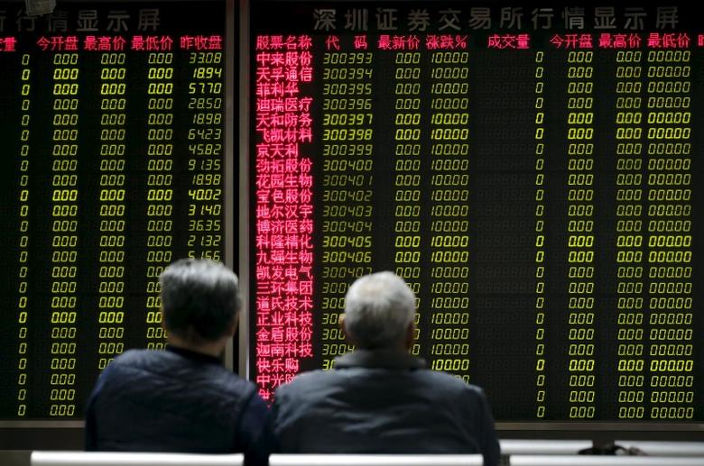 Investors wait for China's stock market to open in front of an electronic board at a brokerage house in Beijing, China, January 8, 2016. REUTERS/Jason Lee