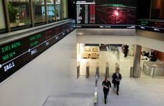 Personas caminan en la Bolsa de Londres, en Londres, 30 de noviembre de 2015. Las acciones globales caían el lunes a sus mínimos en casi dos años y medio pues un nuevo desplome en los mercados chinos dejó a Asia en sus menores niveles en cuatro años y volvió a remecer al petróleo y las otras materias primas. REUTERS/Suzanne Plunkett