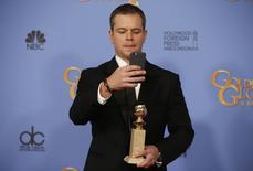 """El actor Matt Damon se toma una foto con su Globo de Oro en la categoría mejor actor en una película de comedia, por su rol en """"The Martian"""", en la edición 73 de los Globos de Oro, en Beverly Hills, California, 10 de enero de 2016. La Asociación de la Prensa Extranjera de Hollywood entregó el domingo los premios Globos de Oro para el cine y la televisión. REUTERS/Lucy Nicholson"""