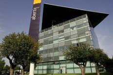 El fondo estadounidense Capital Research Management Company (CRMC) se ha convertido en uno de los accionistas principales del grupo concesionario español Abertis al declarar una participación del 3,09 por ciento del capital. Imagen de archivo de la sede de Abertis en Barcelona toamda el 24 de abril de 2006.
