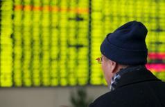 Un inversor mira una pantalla electrónico que muestra información bursátil, en una correduría en Nantong, China, 11 de enero de 2016. Un nuevo derrumbe de los mercados bursátiles de China ha provocado preocupación entre los inversores globales por la salud de la segunda más grande economía mundial, pero existen pocas evidencias de que el panorama para el gigante asiático se haya oscurecido en las últimas semanas. REUTERS/Stringer