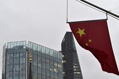 Bandeira chinesa em prédio do Banco da China em Londres. 07/01/2016 REUTERS/Toby Melville