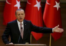 Президент Турции Реджеп Тайип Эрдоган выступает с речью на встрече в президентском дворце в Анкаре. Реджеп Тайип Эрдоган сказал во вторник, что Россия готовит почву для создания сирийского государства вокруг северной провинции Латакия, нанося удары по туркменскому населению в этой области. REUTERS/Umit Bektas