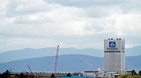 Алюминиевый завод Alcoa в США в Алкоа, Теннесси, 26 июня 2014 года. Алюминиевый гигант Alcoa Inc сообщил, что получил чистый убыток в четвертом квартале прошлого года из-за расходов и списаний, связанных с закрытием мощностей по выплавке алюминия. REUTERS/Wade Payne