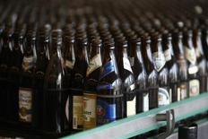 La Unión Europea busca negociar con Colombia en la Organización Mundial del Comercio (OMC) sobre lo que Bruselas califica de medidas discriminatorias contra las bebidas alcohólicas del continente, dijo el miércoles la Comisión Europea. En la imagen, la planta embotelladora Bavarian Weihenstephan, situada en Freising, Alemania, el 3 de abril de 2014. REUTERS/Michael Dalder