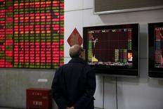 Las acciones europeas cerraron con ganancias el miércoles lideradas por la aseguradora holandesa Aegon, que dio un informe de perspectivas empresariales, junto con los datos comerciales chinos que tranquilizaron el humor de los inversores. En la imagen, un inversor mira a una pantalla que muestra la información bursátil en la bolsa de Shanghái, el 8 de enero de 2016. REUTERS/Aly Song