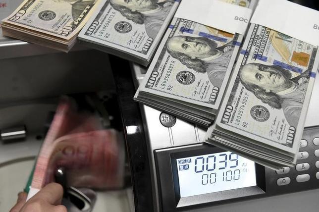 1月15日、来週のドルは反発探る、中国・原油リスクは継続。写真はドル紙幣、1月撮影(2016年 ロイター/Jon Woo)