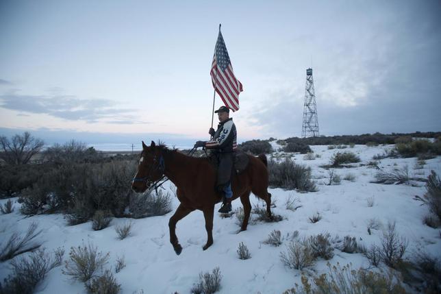 1月14日、米野生生物保護区で、土地所有権を主張する武装市民が当局の建物に立て籠った事件で、冬を越せるよう物資提供を一般市民に呼びかけたところ、大人のおもちゃなどが送られてきたことが分かった。写真は、馬に乗る武装市民(2016年 ロイター/Jim Urquhart)