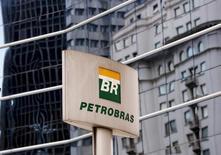 El logo de Petrobras, frente a la sede de la compañía en Sao Paulo, 23 de abril de 2015. La estatal brasileña Petrobras dijo el viernes que había cancelado planes para colocar bonos en el mercado local por hasta 3.000 millones de reales (744 millones de dólares) tras no poder vender la deuda a tasas aceptables tanto para la empresa como para los inversores. REUTERS/Paulo Whitaker