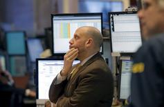 Wall Street abrió el viernes con fuertes caídas, con el Nasdaq tocando su nivel más bajo desde el pasado 24 de agosto y el Dow hundiéndose casi 400 puntos, al bajar los precios del petróleo por debajo de los 30 dólares el barril. En la imagen, operadores en la Bolsa de Nueva York, el 15 de enero de 2016.   REUTERS/Brendan McDermid