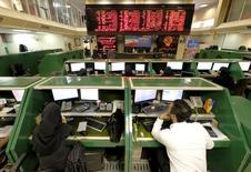 Empleados trabajan en el mercado bursátil de Teherán. 17 de enero de 2016. Libre de las sanciones internacionales, las exportaciones iraníes sin restricciones podrían llevar los precios del petróleo a caer aún más bajo los 30 dólares por barril. REUTERS/Raheb Homavandi/ATENCIÓN EDITORES - SOLO PARA USO EDITORIAL.  NO ESTÁ A LA VENTA Y NO SE PUEDE USAR EN CAMPAÑAS PUBLICITARIAS. ESTA IMAGEN HA SIDO ENTREGADA POR UN TERCERO Y SE DISTRIBUYE COMO UN SERVICIO A SUS CLIENTES.