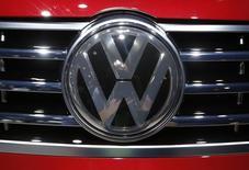 El logo de Volkswagen en un vehículo de la compañía en exhibición durante la Feria Norteamericana Internacional del Automóvil en Detroit, EEUU, ene 12, 2016. Decenas de grandes inversores de Volkswagen planean denunciar a la automotriz ante un tribunal alemán, en busca de compensaciones por el desplome de sus acciones debido al escándalo de las emisiones manipuladas.    REUTERS/Mark Blinch