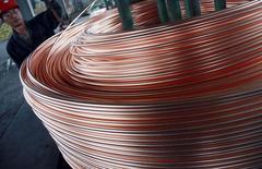 Un trabajador descargando un cargamento de cobre en Nantong, China, jun 18, 2011. La minera MMG Ltd dijo el lunes que realizó el primer envío de 10.000 toneladas de concentrado de cobre desde su mina de Las Bambas en Perú a China.  REUTERS/China Daily
