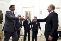 Президент России Владимир Путин (справа) и эмир Катара  Халид Аль-Аттиях  на встрече в Москве 18 января 2016 года. Катар и Россия оба желают возвращения стабильности на глобальные рынки энергоносителей, столкнувшись с обрушением цен на свои главные экспортные товары - нефть и газ, сказал катарский министр. REUTERS/Yuri Kochetkov/Pool