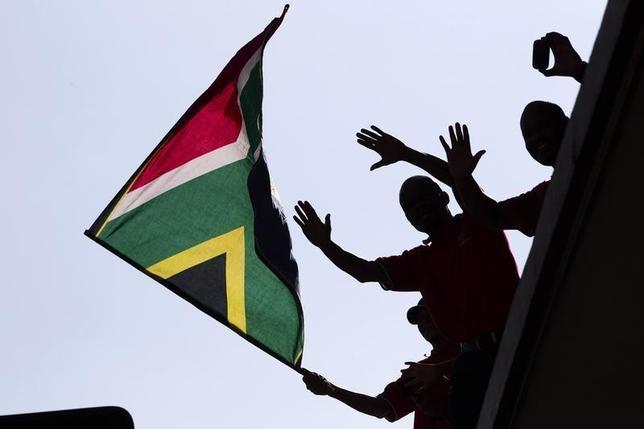 1月18日、サハラ砂漠以南のアフリカ諸国による2015年通年の起債額が3年ぶりの低水準だったことが、トムソン・ロイターのデータで明らかになった。写真は南アフリカ国旗。同国プレトリアで2013年12月撮影(2016年 ロイター/Ronen Zvulun)