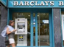 Varios grupos, entre los que se encuentra la firma estadounidense de capital privado Apolo y Banco Santander, están estudiando presentar ofertas por el negocio de tarjetas de crédito de Barclays en España y Portugal, dijeron cuatro fuentes familiarizadas con la transacción. En la imangen se ve una sucursal de Barclays en Barcelona el 1 de septiembre de 2014. REUTERS/Albert Gea