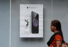 Apple pidió autorización para establecer sus propias tiendas en la India, uno de los mercados de crecimiento más veloz para los teléfonos inteligentes, debido a que el fabricante del iPhone busca aprovechar nuevas oportunidades ante preocupaciones de una desaceleración en sus principales mercados. En la foto, una persona pasa al lado de un anuncio de Apple iPhone 6 en Bombay, India, el 24 de julio de 2015.  REUTERS/Shailesh Andrade