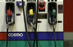 Unos surtidores de combustible en una gasolinera del consorcio Cosmo en Tokio, dic 16, 2015. Los futuros del petróleo caían aún mas el miércoles y el referencial en Estados Unidos tocó su menor nivel desde el 2003, debido a que crece el exceso de suministros en el mundo y por noticias desalentadores del sector financiero.  REUTERS/Yuya Shino