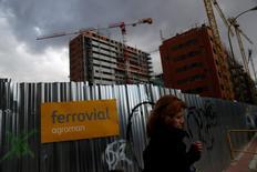 Broadspectrum Ltd instó el jueves a sus accionistas a rechazar una oferta por 692 millones de dólares australianos (unos 490 millones de euros) presentada por la española Ferrovial. En la imagen de archivo, una mujer pasa junto a una obra de Ferrovial en Madrid, el 24 de febrero de 2015. REUTERS/Susana Vera