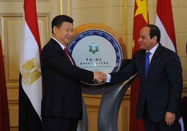 Egyptian President Abdel Fattah al-Sisi (R)  and Chinese President Xi Jinping (L) shake hands after unveiling an emblem on development projects in Suez Canal area during their meeting in Cairo, Egypt, January 21, 2016, in this handout courtesy of the Egyptian Presidency. REUTERS/The Egyptian Presidency/Handout via Reuters