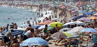 Los hoteles españoles mejoraron en 2015 su rentabilidad y sus tasas de ocupación gracias al tirón del turismo extranjero y la creciente demanda de los clientes nacionales. En la imagen, numerosas personas llenan la playa de Aro en Costa Brava, al norte de Barcelona, el 23 de agosto de 2015.  REUTERS/Albert Gea