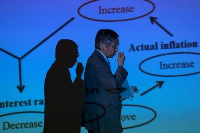 1月22日、日銀出身でPOSデータを利用した日次物価指数の研究などで知られる東京大の渡辺努教授は、金融政策の新たな枠組みとして賃金上昇率を目標とすることが望ましいとする論考をこのほど公表した。写真は黒田日銀総裁、ニューヨークで昨年8月撮影(2016年 ロイター/Mike Segar)