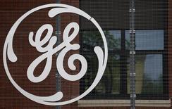 El logo del conglomerado General Electric, en la sede de la compañía en Belfort, 27 de abril de 2014. General Electric Co reportó una caída de un 8 por ciento de sus ganancias del área industrial del cuarto trimestre, las que se vieron perjudicadas por una debilidad de sus divisiones vinculadas a los sectores del petróleo y gas. REUTERS/Vincent Kessler